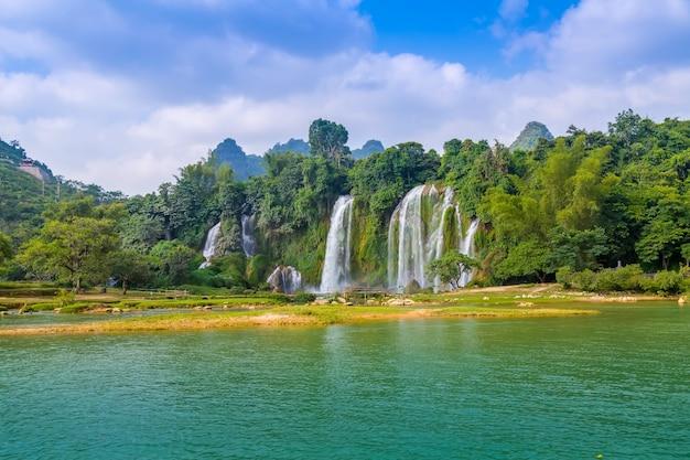 岩の禁止林熱帯の美しいジャングル