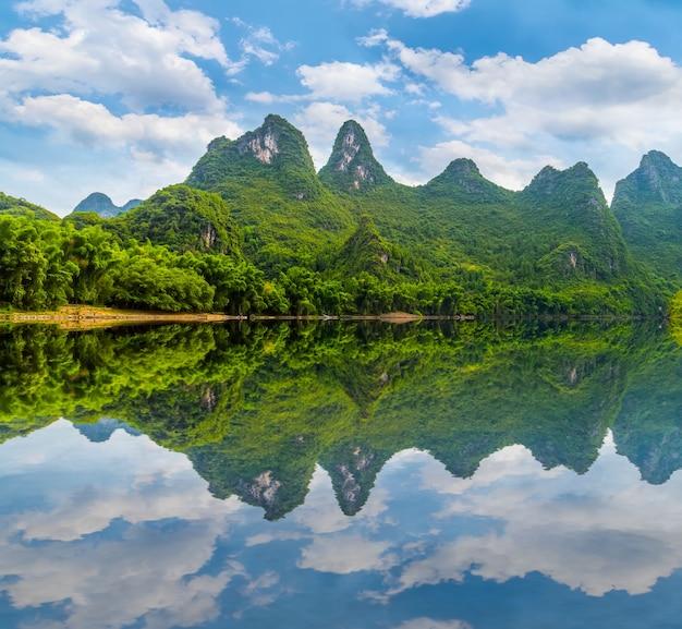 朝の風光明媚な観光山々の古代の風景