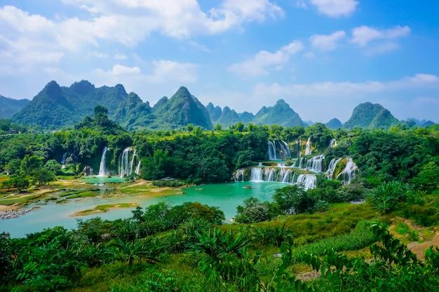 湿ったベトナムの山流の川の田舎