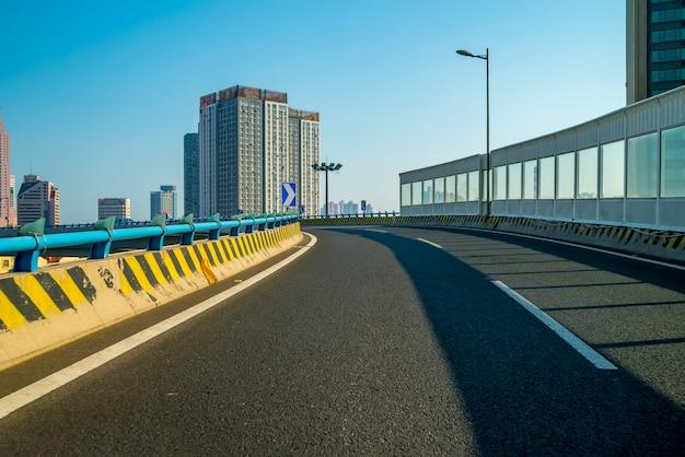 道路と街の景色
