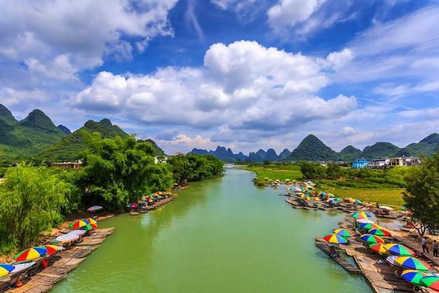 アジア朝の美しい街の山々