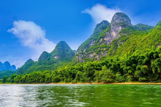 霧中国の水のピークの風景