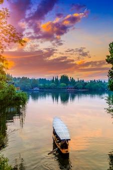 Красивый архитектурный ландшафт ханчжоу, западное озеро