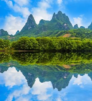 川の田舎風景の観光
