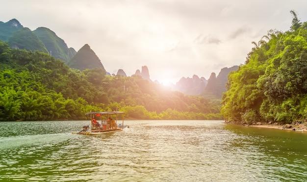 青いピークの美しい風景の川