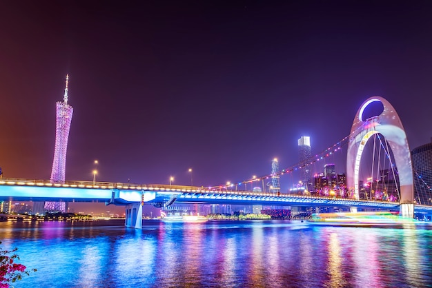 美しい街の夜景と広州の風景のスカイライン