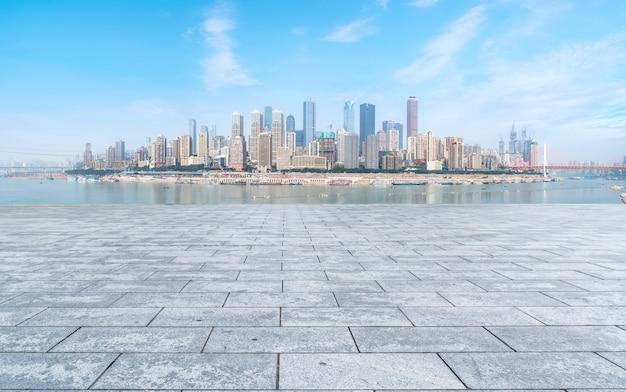 Урбанистическая дорога и горизонт архитектурного ландшафта