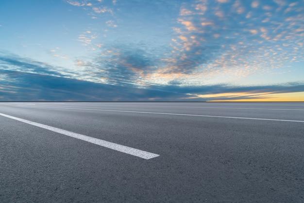 アスファルト道路と空の雲の風景
