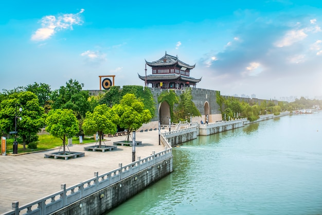 Древние городские ворота городской стены в сучжоу