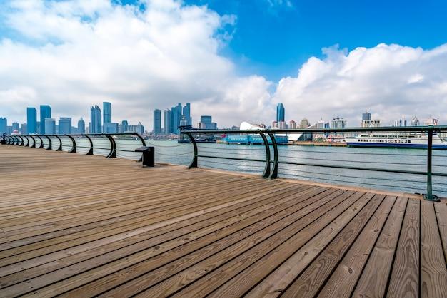 Красивая береговая линия и городской пейзаж циндао