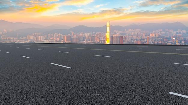 Панорамный вид на пустую дорогу в городе
