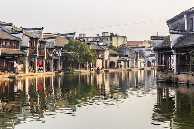 川の町の素朴な壁南の家