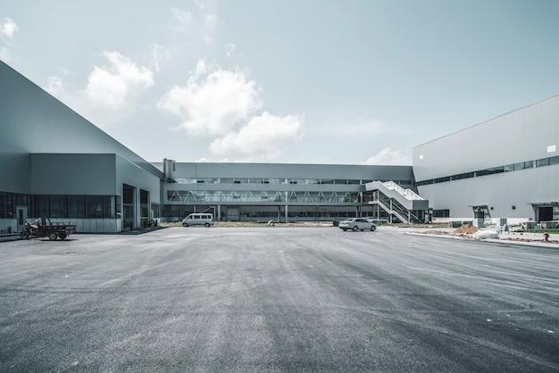 近代的な工場の建物と物流倉庫