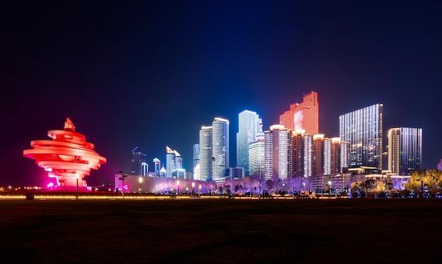 Красивый ночной пейзаж городской архитектуры в циндао