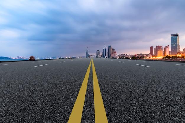 青島高速道路の都市のスカイラインのスカイライン