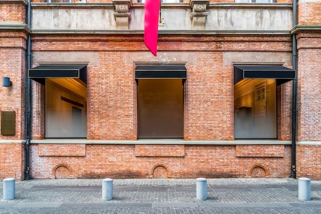 Красные кирпичные стены и двери и окна в европейской архитектуре