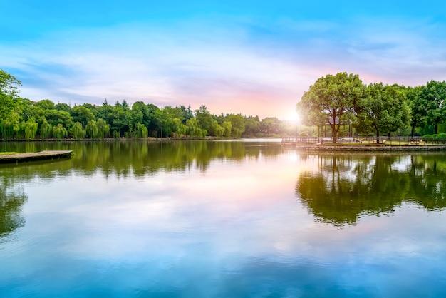 美しい風景と湖の風景