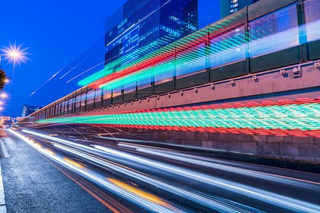 都市道路とファジー車のライトの夜景