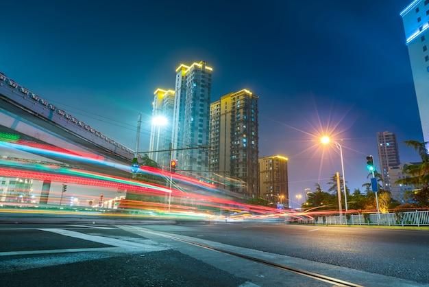 都市道路とぼやけた光