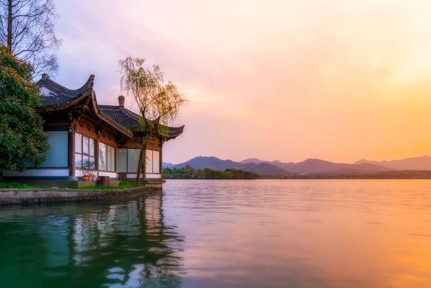 杭州の西湖の美しい景観と建築景観