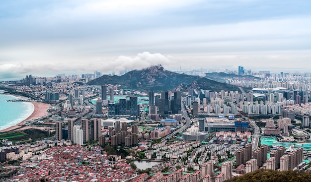 Вид с высоты птичьего полета на побережье циндао и городской горизонт