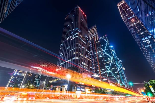 Здания города шэньчжэнь в ночное время и размытые огни автомобиля