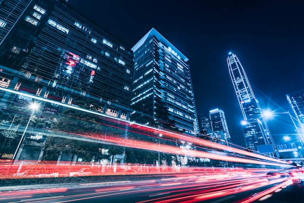 道路街の夜景建築とファジィ車のライト