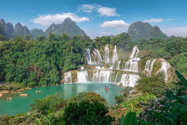 Красивый и великолепный водопад детянь в гуанси, китай