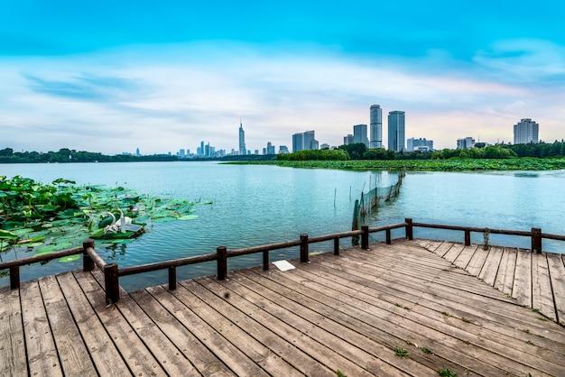 都市の湖と近代建築