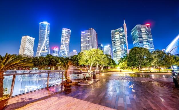 都市の夜景の近代建築