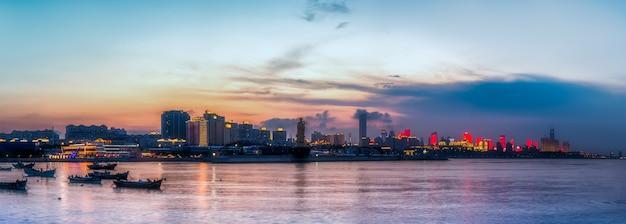 青島海岸線沿いの都市建築景観のスカイライン