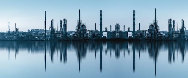 近代的な工場の建物と化学機器