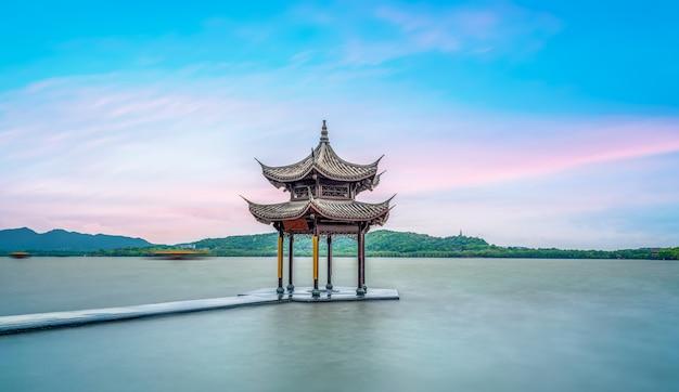 杭州の西湖の古代の建築風景