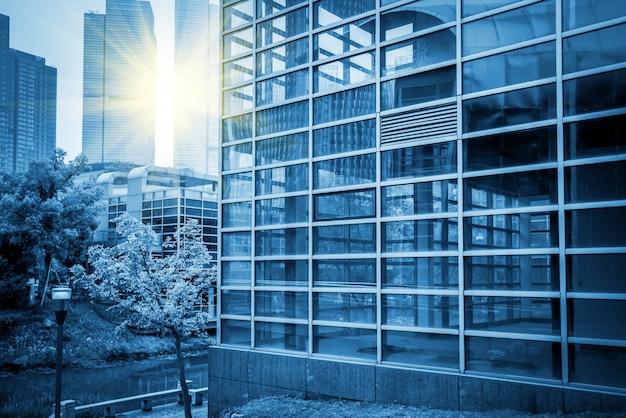 青い商業ビルの建物の建物のガラス