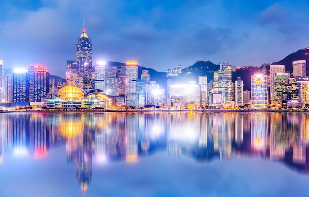 香港の都市建築の夜景とスカイライン