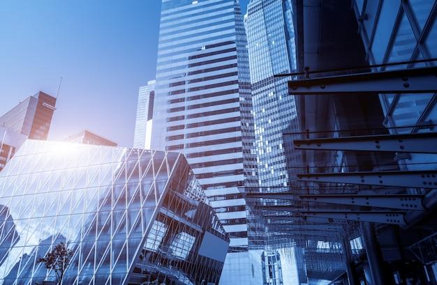 現代中国の都市の低角度の超高層ビルから