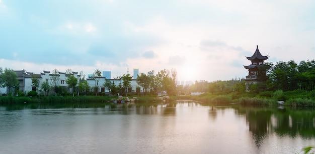 湖と古代の町の建築