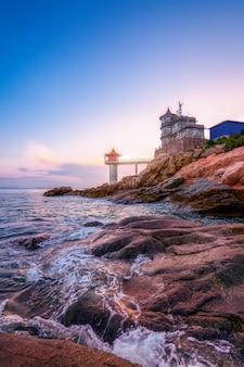夕日と海岸線と灯台