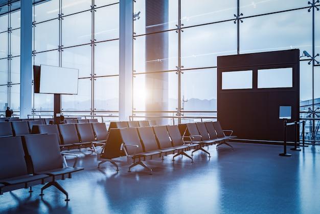 空港ターミナルビルのインテリアとガラス窓