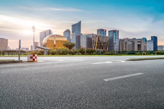 Дорожная площадка и городской современный архитектурный ландшафт