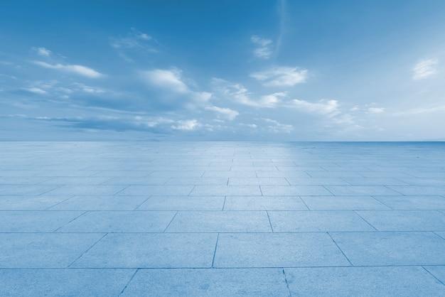 Дорога, земля и небо облачный пейзаж