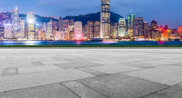 道路の地面と都市の近代的な建築風景のスカイライン