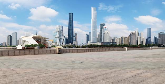 道路の地面と都市の近代建築景観