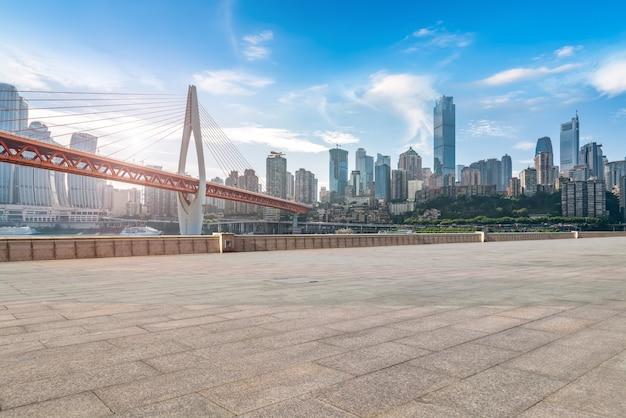 都市の道路と都市の建物のスカイライン