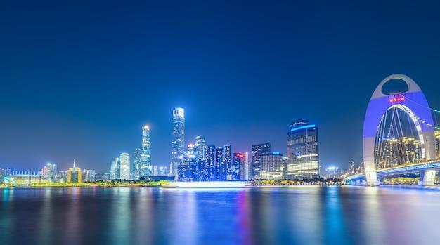 広州の都市建築景観の夜景スカイライン