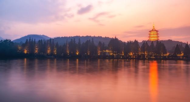 夜の杭州の西湖の美しい建築風景