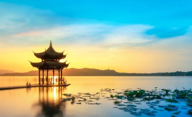 美しい建築風景と杭州の西湖の風景