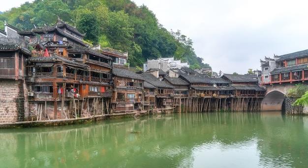 湖南省フェニックスの古代都市の川沿いの民家