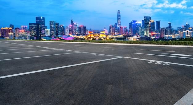 Пустое шоссе с городской пейзаж китая