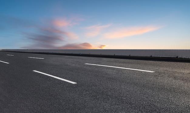 スカイハイウェイアスファルト道路と美しい空の夕焼け風景